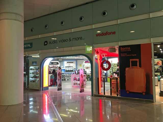 バルセロナ空港内の電気屋でプリペイドSIMカードが売られている