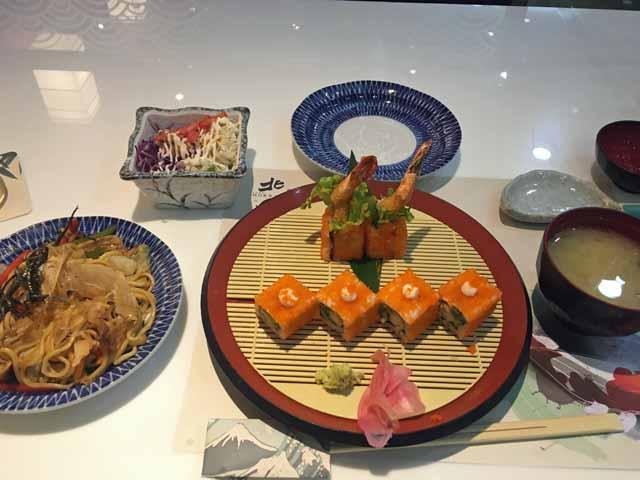 ホーチミンで食べた日本食エビフライの寿司セット